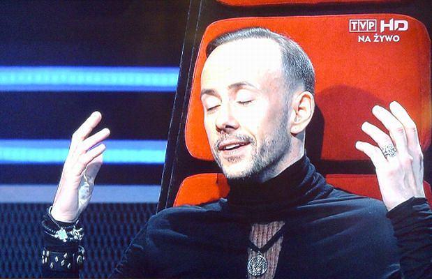 Adam Darski powoli staje się ikoną mody. Wśród polskich gwiazd oczywiście. Jego stylizacje w programie