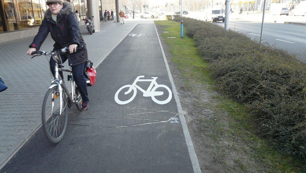 Droga dla rowerów wzdłuż Arkad Wrocławskich.
