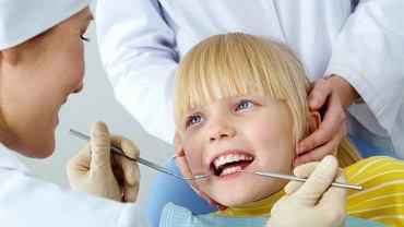 Wybierając dentystę dla dziecka najlepiej poszukać takiego, który specjalizuje się w opiece nad uzębieniem najmłodszych. Właściwe podejście dentysty to połowa sukcesu na fotelu dziś i w przyszłości