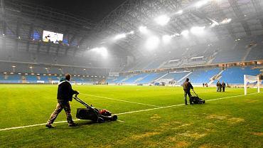 Koszenie trawy na stadionie w Poznaniu