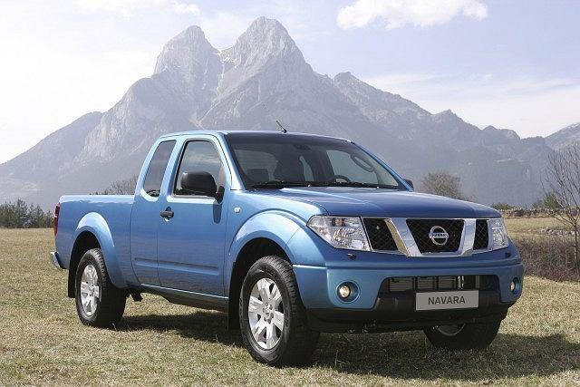 Nissan Navara. Uniwersalne półciężarówki mogą wozić ludzi i ładunki. Niektóre modele, takie jak Nissan Navara, częściej pełnią funkcję osobówki
