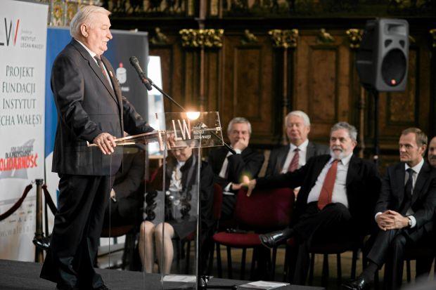29.09.2011 GDANSK, DWOR ARTUSA . B . PREZYDENT RP LECH WALESA (L) , LAUREAT NAGRODY PREZYDENT BRAZYLII LUIZ INACIO LULA DA SILWA (2P) I PREMIER RP DONALD TUSK (P) PODCZAS UROCZYSTOSCI WRECZENIA NAGRODY LECHA WALESY 2011 .  FOT. RENATA DABROWSKA / AGENCJA GAZETA
