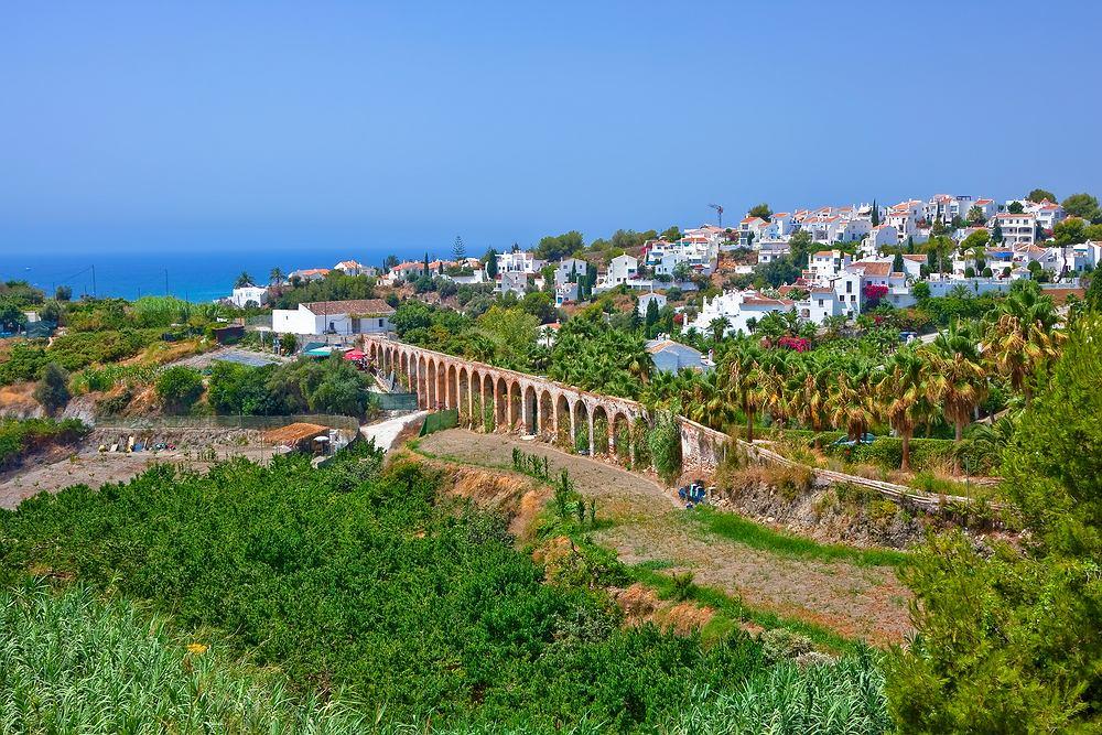 Hiszpania Nerja - jedna z najciekawszych miejscowości wypoczynkowych Costa del Sol. Stare miasto przypomina miasta Grecji. Są tu wąskie uliczki i białe domki ozdobione kolorowymi kwiatami. Największą atrakcją jest przylądek skalny ze wspaniałym widokiem na morze.