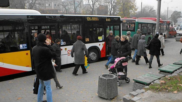 Kierowcy bezpłatnie przejadą się autobusem jeśli zostawią swoje auto w garażu.