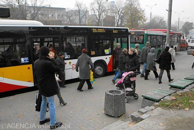 Kierowcy bezp�atnie przejad� si� autobusem je�li zostawi� swoje auto w gara�u.