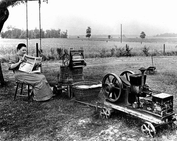 1914, środkowy zachód Stanów Zjednoczonych. Pralka na gaz pierze, a gospodyni domowa może spokojnie poczytać gazetę