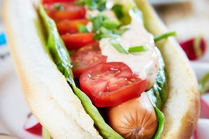 Domowe hot dogi z sosem z suszonych pomidor�w