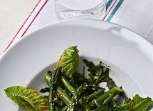 Szparagi na rukoli z sosem sezamowo-sojowym - ugotuj