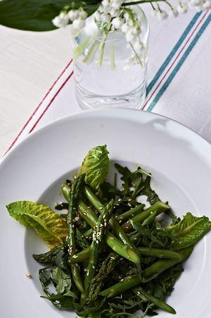 Szparagi na rukoli z sosem sezamowo-sojowym