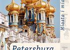 """<b>PETERSBURG. Miasto Bia�ych Nocy.</b><br> """"Istniej� w Petersburgu do�� dziwne zak�tki. Wydaje si�, jakby w te miejsca nie zagl�da�o to samo s�o�ce, kt�re �wieci wszystkim petersbur�anom, lecz jakie� inne, nowe, jakby umy�lnie zam�wione dla tych k�t�w i przy�wieca wszystkiemu innym, specjalnym �wiat�em."""" <br> <i>F. Dostojewski, Bia�e noce. Powie�� sentymentalna ze wspomnie� marzyciela </i><br> Aleksander Puszkin, zastanawiaj�c si� nad kulturaln� i polityczn� degradacj� Moskwy w XIX w., pisa�, �e jej upadek by� nieuniknionym nast�pstwem wywy�szenia Petersburga. Dwie stolice w tym samym pa�stwie s� nie do pogodzenia, podobnie jak niemo�liwe jest, aby w jednym ciele cz�owieka bi�y dwa serca - twierdzi�. Diagnoza poety nie straci�a swej warto�ci do dzisiaj, z t� tylko r�nic�, �e miastem zdegradowanym jest teraz rozpoczynaj�cy czwarte stulecie swojego istnienia Sankt Petersburg (do 1917 stolica Rosji). Wenecja p�nocy, miasto kana��w, mro�nych zim i bia�ych nocy. <br> Pocz�tki Sankt Petersburga nie s� zbyt typowe - nie by�o tu �adnego staro�ytnego grodu. Niego�cinne ziemie odstrasza�y potencjalnych osadnik�w do czas�w Piotra Wielkiego, cara reformatora, kt�ry swoim uporem (a tak�e krwi� i potem je�c�w szwedzkich i w�asnych ludzi) zbudowa� eleganckie miasto-per��. W swojej trzystuletniej historii miasto przesz�o wiele zawieruch dziejowych, kt�re nie tylko niszczy�y jego mury, ale zabra�y mu nawet w�asne imi� i przerobi�y na najwi�kszy pomnik Lenina. <br> Dzisiaj, w historycznym centrum Sankt Petersburga, uznanym w 1990 r. przez UNESCO za """"idealne wcielenie idei regularnego miasta"""", znajduje si� ponad 3000 zabytk�w i ok. 900 plac�wek kulturalnych. Z naszego podw�rka dawna stolica rosyjskiego imperium wygl�da wcale nie gorzej ni� Amsterdam czy Pary�. Mog� si� Pa�stwo o tym przekona�, wybieraj�c si� (oczywi�cie z naszym przewodnikiem w r�ku) na spacery po prospektach i ulicach czy na urocze przeja�d�ki po rzekach i kana�ach Wenecji P�nocy. Jak i przed wiekami, miasto ch�tnie"""