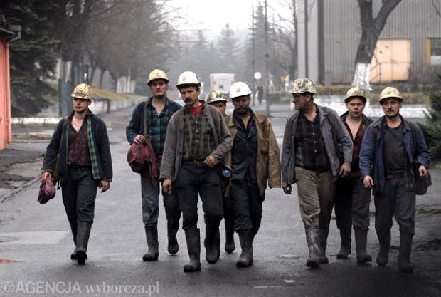 Ratownicy zmierzaj� na akcj� w kopalni Halemba