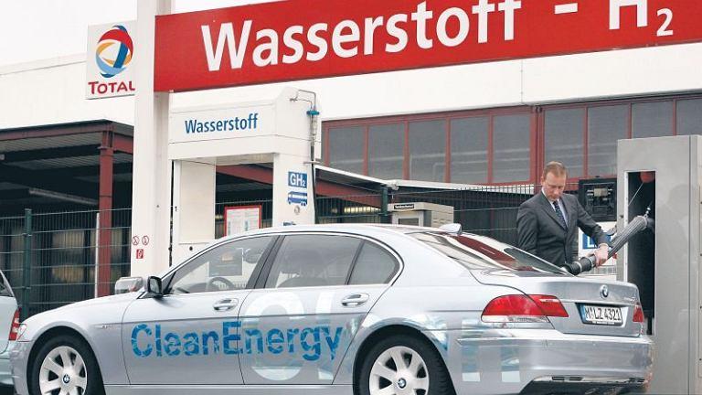 W zeszłym roku pojawił się najnowszy model BMW 760, który spala benzynę lub ekologiczny wodór. Na razie w Niemczech jest tylko sześć stacji z płynnym wodorem (w Polsce nie ma żadnej). A może tankować wodę, a z niej odzyskiwać wodór?
