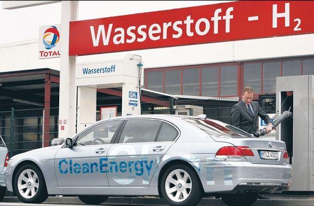 W zesz�ym roku pojawi� si� najnowszy model BMW 760, kt�ry spala benzyn� lub ekologiczny wod�r. Na razie w Niemczech jest tylko sze�� stacji z p�ynnym wodorem (w Polsce nie ma �adnej). A mo�e tankowa� wod�, a z niej odzyskiwa� wod�r?