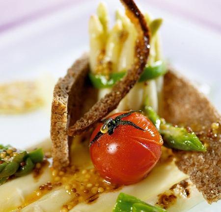 Szparagi z łososiem - potrawa Witka Iwańskiego