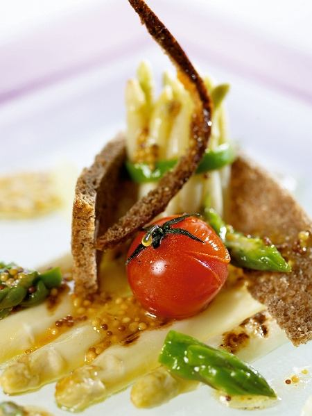 Jak obiera� i gotowa� zielone i bia�e szparagi?