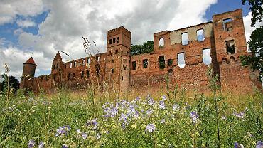 Zamek w Szymbarku. Zamek w Szymbarku był niegdyś otoczony murem z dziesięcioma basztami. W 1946 został spalony przez Armię Czerwoną. Dziś pozostały z niego jedynie opuszczone ruiny, które przyciągają jednak amatorów historii i tajemniczych miejsc.