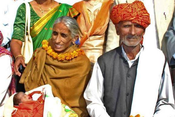 Najstarsza matka świata: 70-letnia Rajo Devi z mężem i córeczką 08.12.2008 Fot. Devendra Uppal AP