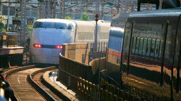 Superszybki pociąg Shinkansen wjeżdża na dworzec kolejowy w Tokio