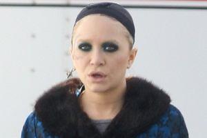 Mary-Kate Olsen dość często zdarza się dziwnie ubrać. Jednak tym razem, to nie on zawiniła. Aktoreczka została tak ubrana na planie swojego nowego filmu. Przyznajcie sami, że to dość dziwny strój. A w dodatku sprawia, że Mary-Kate wygląda staro.