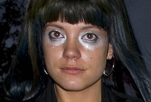 Lily Allen nie tylko lubi szokować rozbierając się i upijając do nieprzytomności czasem lubi zaszokować ubiorem i makijażem.