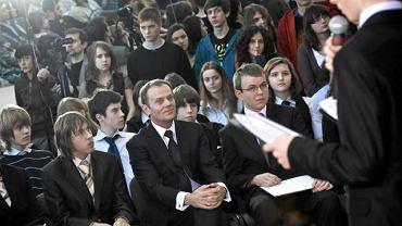 Premier Donald Tusk podczas prezentacji projektu ''Bohater mojego środowiska'' w gimnazjum nr 24 w Gdyni