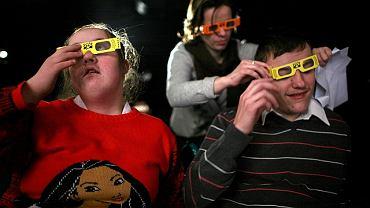 Żeby zobaczyć niektóre efekty, publiczność musiała założyć specjalne okulary
