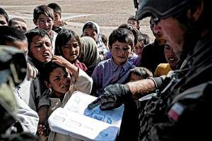 Dzieciaki przy wozach, czyli wojsko pomaga Afga�czykom