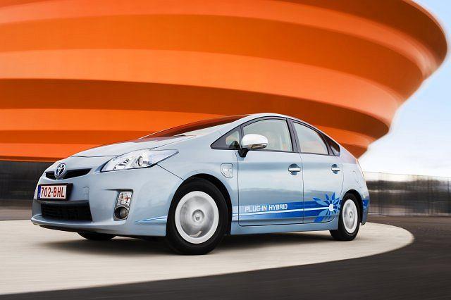 Toyota Prius PHV. W Strasburgu rozpoczął się właśnie zakrojony na szeroką skalę eksperyment. Przez trzy lata po ulicach miasta jeździć będzie flota 100 przedprodukcyjnych Priusów z możliwością ładowania z gniazdka