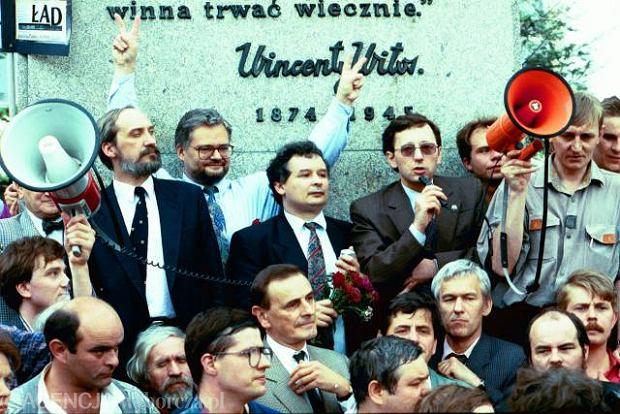 Manifestacja Porozumienia Centrum i innych partii przeciwko prezydentowi Lechowi Wałęsie. Na zdjęciu m.in.: Antoni Macierewicz, Adam Glapiński, Jarosław Kaczyński, Zygmunt Wrzodak, Zbigniew Romaszewski i Kornel Morawiecki, czerwiec 1993