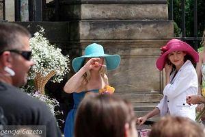 Podczas kręcenia scen ślubu w Majce tłum gapiów zgromadził się wokół kościoła w Krakowie. Wszyscy chcieli zobaczyć, kto jest w białej sukni.