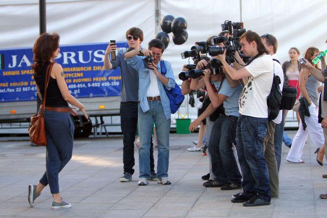 Agnieszka Maciag z synem. Pozowala sama do zdjec a syn sam robil jej zdjecia. Byli razem na Warsaw Fashion Street.      Warszawa 27.06.2010