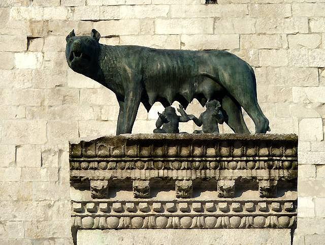 Kolumna z wilczycą karmiącą Remulusa i Remusa