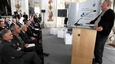 - Był dumnym Polakiem - wspominał wczoraj prof. Bronisława Geremka naczelny ''Gazety'' Adam Michnik (z prawej). W pierwszym rzędzie siedzą: Włodzimierz Cimoszewicz, Aleksander Smolar, Tadeusz Mazowiecki i prezydent Bronisław Komorowski