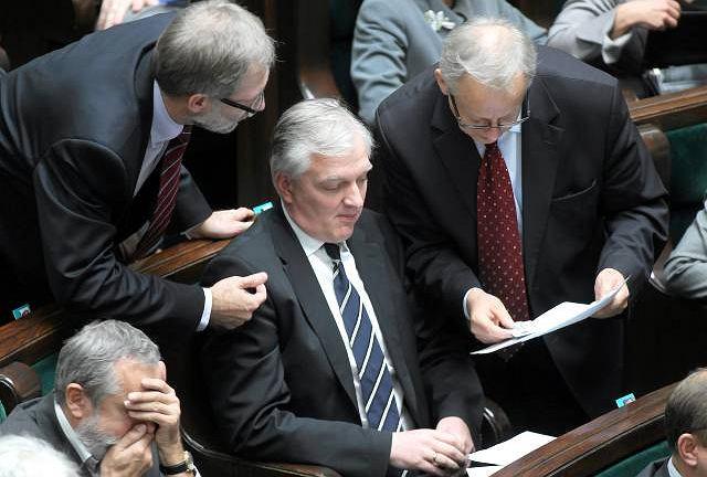 Jarosław Gowin z PO (w środku) i Bolesław Piecha z PiS (z prawej) czytają wydruki głosowań nad projektami ustaw o in vitro