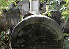 Znicze p�on� na Cmentarzu �ydowskim w Warszawie
