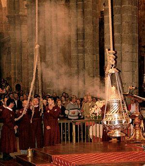 W katedrze Santiago de Compostela na 30-metrowym sznurze wisi El Botafumeiro - kadzielnica o wadze 53 kg