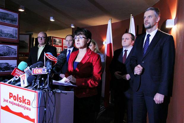 Joanna Kluzik-Rostkowska i El�bieta Jakubiak, Micha� Kami�ski, Adam Bielan, Pawe� Kowal i Pawe� Poncyljusz podczas konferencji, na kt�rej poinformowali o zarejestrowaniu stowarzyszenia ''Polska jest najwa�niejsza''.