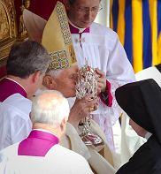Benedykt XVI całuje relikwiarz z krwią Jana Pawła II podczas ceremonii beatyfikacyjnej