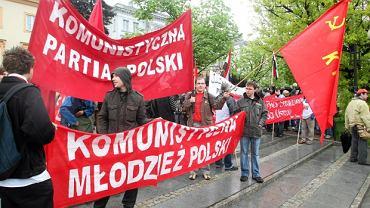 Środowiska lewicowe podczas marszu pustych garnków - transparenty Komunistycznej Partii Polski, maj 2011