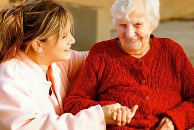 Pomoc piel�gniarki s�u�y nie tylko sta�ym opiekunom osoby przewlekle chorej. Cz�sto jest dobrze przyjmowane przez samego pacjenta, traktowane, jak atrakcja.