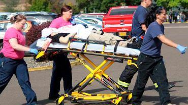 Służby medyczne transportują rannego w strzelaninie w Umpqua Community College (Rosenburg, Oregon)