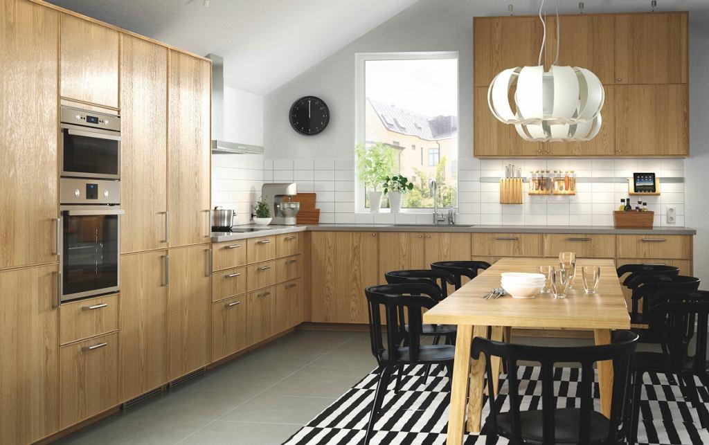 Drewno jest tak uniwersalne, ze harmonijnie łączy się z innymi materiałami.