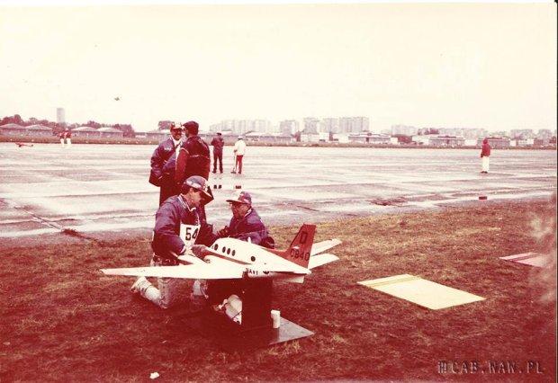 Zdjęcie z międzynarodowych zawodów modeli latających na bemowskim lotnisku, rok 1990