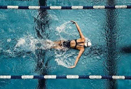 Pływanie zwiększa wydolność oddechową, która dla biegaczy jest bardzo ważna