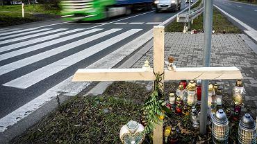 Mikołów, Droga Krajowa 44, przejście dla pieszych, na którym auto potrąciło śmiertelnie dwie dziewczynki