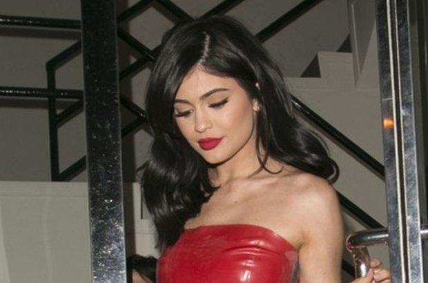 Kylie Jenner w LATEKSIE. Pupa opi�ta maksymalnie, gorset. Ma�o? Zobaczcie, co zrobi�a w domu