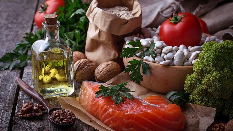 Aby obniżyć cholesterol należy zmienić dietę - przede wszystkim wyłączyć tłuszcze zwierzęce i cukier. Niezbędna również jest codzienna aktywność fizyczna.
