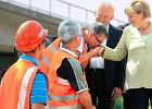 Polski budowlaniec poca�owa� w r�k� Angel� Merkel. Teraz jest gwiazd� niemieckiej prasy