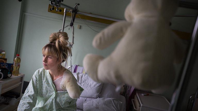 Alona Romanenko w szpitalu. Młoda Ukrainka straciła rękę w wypadku w pracy