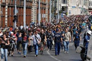 Niespokojnie w Budapeszcie. Kilkuset uchod�c�w ruszy�o piechot� do Wiednia. W�gierskie w�adze deklaruj� podstawienie autokar�w